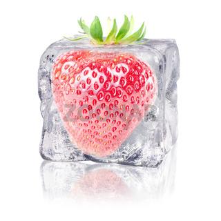 Erdbeere in einem Eiswürfel
