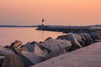 Leuchtturm auf der Mole von Sassnitz auf der Insel Rügen am Abend