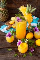 Erfrischender Cocktail mit Ananas