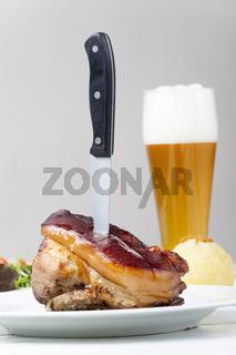 Schäufele mit Messer