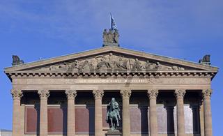 Giebel mit Inschrift der  Alten Nationalgalerie, Museumsinsel, U