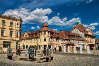 kyritz, deutschland - 03.06.2020 - marktplatz mit brunnen und alter post im hintergrund