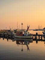 Fischerboot im Hafen von Sassnitz auf der Insel Rügen am Abend