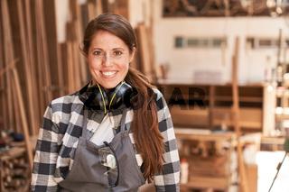 Glückliche junge Frau als Handwerker Lehrling