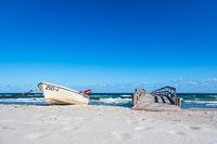 Fischerboot und Steg an der Ostseeküste bei Zingst auf dem Fischland-Darß