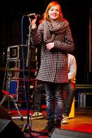 Marlene Wenzig singt auf der Bühne