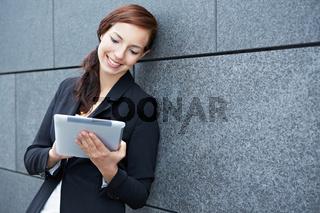 Mobile Geschäftsfrau unterwegs online