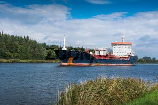 Tankschiff auf dem Nord-Ostsee-Kanal bei Rendsburg, Schleswig-Holstein, Deutschland