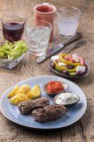 griechische Bifteki und Pommes Frites