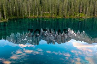 Spiegelung des Latemar im Karersee, Dolomiten, Suedtirol