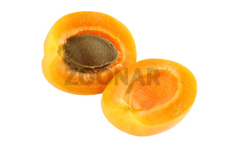 Aprikose aufgeschnitten - saftig und frisch - freigestellt