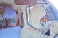 Müder Sanitäter in Rettungswagen macht Pause bei Coronavirus Pandemie
