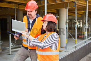 Vorarbeiter und Architektin mit Tablet Computer