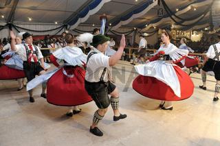 Tanz in Bayern mit Lederhose und Dirndl