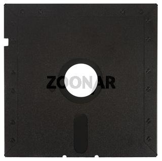 Rückseite einer schwarzen Diskette vor einem weißen Hintergrund