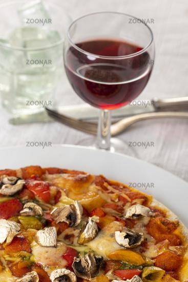 Pilzpizza auf weißem Teller
