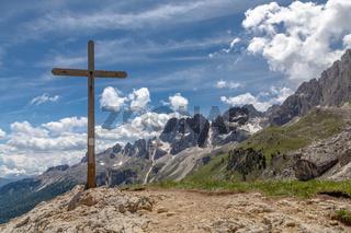 Gipfelkreuz des Porte Neigre unter den Vajolettuermen im Rosengarten, Trentino, Italien