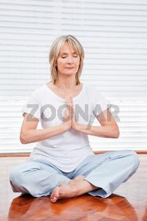 Entspannte Seniorin meditiert
