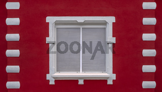 Das Fenster der roten Wand