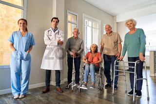 Pflegepersonal und Senioren Gruppe im Altenpflegeheim
