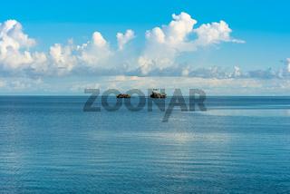 Kleine Klippen und Felsen im Meer vor der Togian Insel Poyalisa in Sulawesi