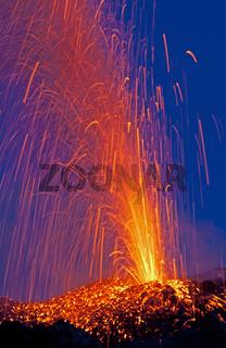 Eruptionen am Vulkan Stromboli, Liparische Inseln, Italien