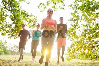 Laufgruppe beim Jogging zusammen zum Training