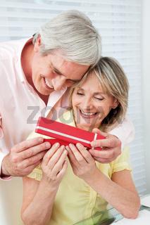 Senior überreicht Geschenk