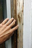 Holzfenster, die dringend einen neuen Anstrich benötigen