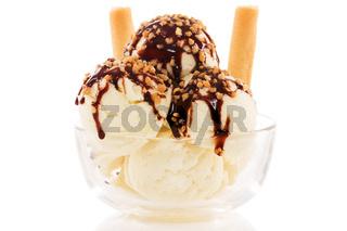 vanille eiscreme mit schkoladensauce und krokant