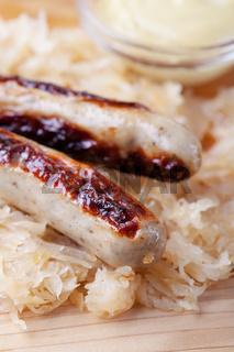 Gegrillte Würstchen mit Sauerkraut