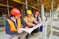 Handwerker Team und Architekt besprechen Bauplan