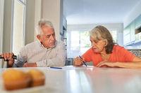 Senioren mit Demenz im Altenpflegeheim beim Rätsel lösen