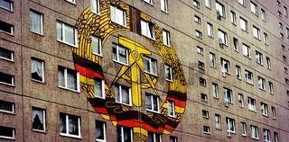 Plattenbau mit DDR-Symbol
