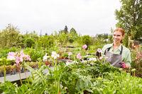 Gärtnerin Azubi bei der Pflege von Pflanzen und Blumen
