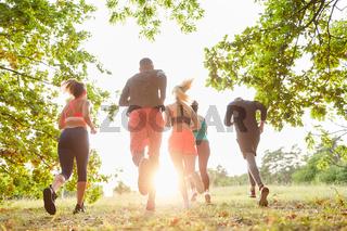 Laufgruppe beim Trimm dich Jogging in der Natur