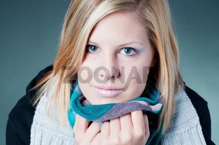 Frau mit Schal friert