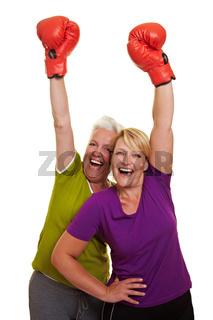 Jubelnde Frauen mit Boxhandschuhen