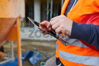 Arbeiter mit Tablet Computer bei der Bauplanung