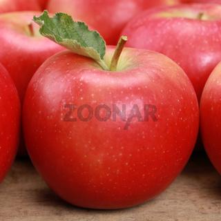 Roter Apfel mit Blatt