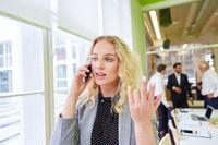 Business Frau telefoniert mit Handy oder Smartphone