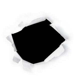 Loch im weißen Papier vor schwarzen Hintergrund