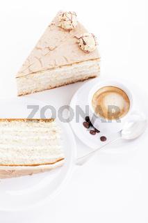 nuss torte mit einer tasse kaffee