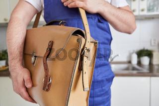 Handwerker mit Werkzeugtasche unter dem Arm