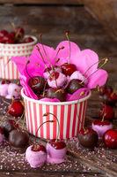 Frische Kirschen mit Schokolade