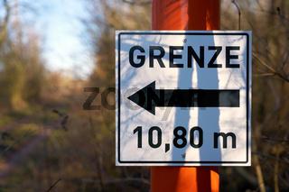Schild mit der Aufschrift Grenze 10,80 Meter an einem Wanderweg