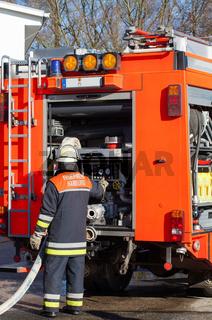Feuerwehr Feuerwehrmann vor Einsatzfahrzeug 2