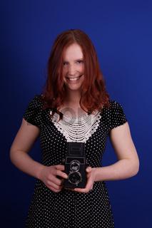 junge Frau mit Retro Kamera