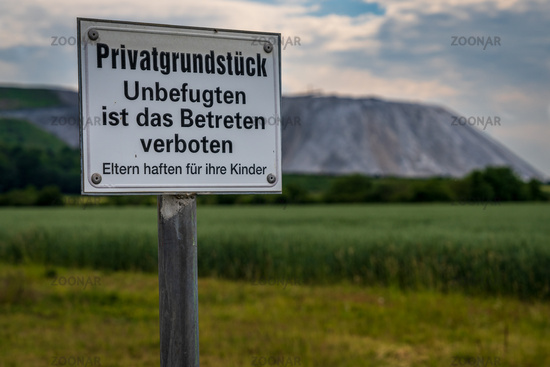 Sign: Private land, no entry for unauthorised persons, Parents are liable for their children (German)