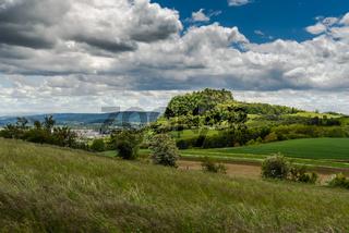 Blick auf den Hegauberg Hohentwiel und die Stadt Singen, Baden-Württemberg, Deutschland